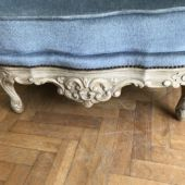 wygodny fotel tapicerowany